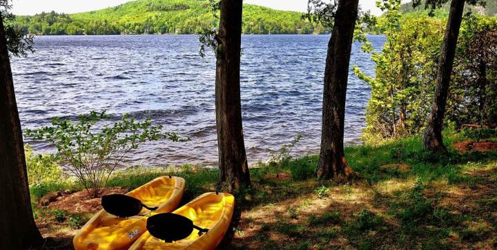Embarcations disponibles et vestes de flottaisons  incluses au chalet en location au  bord du lac Le Riverain